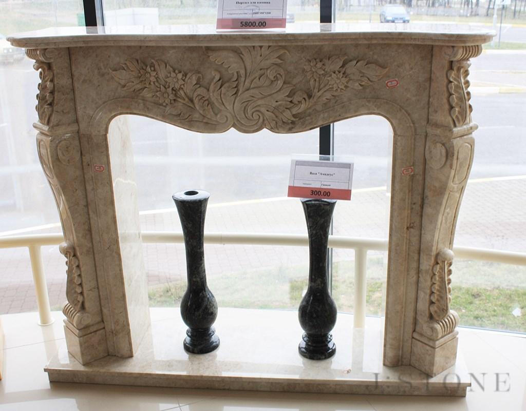 Портал для камина с цветочным мотивом из натурального камня
